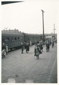 ナホトカ→ハバロフスク→モスクワまで、1万キロの延々と続くシべリア鉄道。 一日2-3回、途中の駅で停車する時、ちょっと外に出て息抜きをした。