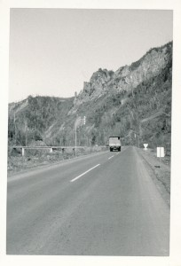 こんな、誰もいない岩山沿いを通る幹線道路でのヒッチハイクは、夜になったらちょっとビビる。