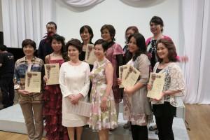 中央左:吉田征子さん(白い服) 中央右:井上葉子さん